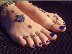 Jewelry for the feet. I don't care so much about those anklets--But I really love those toe rings! Beautiful Toes, Pretty Toes, Pretty And Cute, Slave Bracelet, Foot Toe, Sexy Toes, Female Feet, Women's Feet, Isadora Duncan