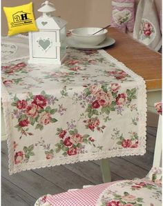Runner cerato Angelica Home & Country Collezione Rose Vittoriane Shabby Chic Style, Shabby Chic Decor, Pillow Slip Covers, Shabby Chic Pillows, Table Toppers, Table Linens, Table Runners, A Table, Decorative Boxes