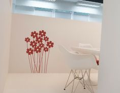 Precioso vinilo de temática floral, con un diseño y trazos modernos y de un atractivo visual que lo convierten en un elemento decorativo ide...