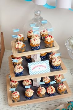 CHALKBOARD PARTY: mommo, This is a cute cupcake display idea for end of school year party. Cupcake Tray, Cake And Cupcake Stand, Cupcake Display, Cupcake Cakes, Cupcake Towers, Chalkboard Party, Chalkboard Stand, Cake Pops, Pie Box