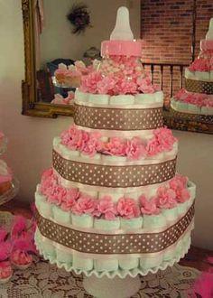 Torta de pañales, marrón con puntos rosados, pompones y biberón {para celebrar el Baby Shower}