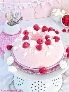 Sieht dieser Schoko-Himbeer Guglhupf im rosa Sahnekleid von Meine Küchenschlacht nicht toll aus?  #Rezept: http://www.kuechenplausch.de/rezept/info/166176-schoko-himbeer-gugelhupf-im-rosa-sahnekleid-