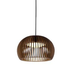 Lámpara de suspensión de gran elegancia y originalidad, iluminación ideal para salones o negocios.  Se acopla a distintos estilos de decoración.  Fabricada en madera oscurecida con cable y estructura negra. Funciona con bombilla E27 1*60W (no incluida).