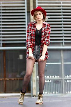 Rouge vif avec un fedora de chez Brixton http://www.bon-clic-bon-genre.fr/brixton.html?_ga=1.53284714.330878373.1412595893  French fashion blogger Artlex - street style caterpillar