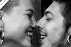 Parejita enamorada con piercing de nariz y piercings de labio. Septum.