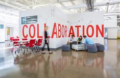Over twenty office design ideas on how to turn your office space into a collaborative workspace. Designs that will inspire productivity and creativity. Office Wall Design, Office Mural, Office Signage, Office Branding, Office Walls, Office Interior Design, Office Interiors, Gray Interior, Office Art