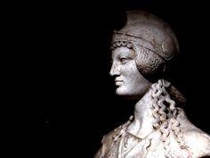12) Poitiers, Musée Ste Croix, Minerve vêtue du gorgonéton, I-IIe siècles, vue de profil: ... . après les ravages des Perses. Il serait curieux que la Minerve de Poitiers, qui ressemble à beaucoup d'égards à ces statues archaïques de l'Acropole, eût précisément subi un sort analogue. La statue est dans un assez bon état de conservation, à part quelques dommages relativement peu considérables. Outre l'avant-bras droit, la partie antérieure du pied droit manque, ainsi qu'un morceau de la…