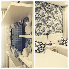 Mais uma idéia de painel para TV! Fizemos uma caixa de marcenaria com prateleiras e revestimos o fundo com o mesmo papel de parede que decoramos o quarto. Também pode ser feito com tecido adesivo! Simples e pode facilmente ser reproduzido em casa para dar uma renovada no velho painel de madeira! #arquitetura #decoração #interiores #szarquitetos #DIY