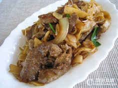 Stir-Fried Rice Noodles with Beef (Classic Cantonese Noodles) @ http://en.christinesrecipes.com/2010/06/stir-fried-rice-noodles-with-beef.html