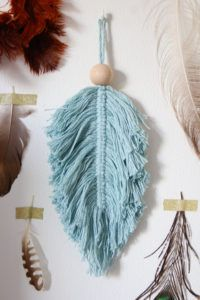 Macramé DIY, super smeared and great as a decoration - . Macrame Art, Macrame Projects, Macrame Jewelry, Crochet Projects, Diy Jewelry, Craft Projects, Diy Accessoires, Feather Art, Diy Candles