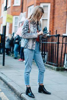 Street style à la Fashion Week automne-hiver 2017-2018 de Londres Lucy Williams veste python