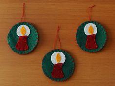 Kit com 3 enfeites para a árvore de Natal feito em feltro com desenho de vela.  Dimensão do Círculo: 7 cm x 7cm