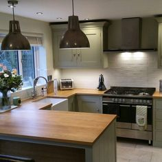 Modern shaker kitchen by Sustainable Kitchens. Cabinets Farrow and Ball French Gray, walls James White and ceiling All White.