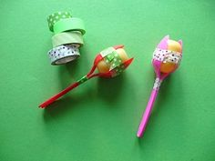Krabbelgruppe D. Marakas / rattles from spoons and surprise eggs, for great fun playing music an Music Instruments Diy, Homemade Instruments, Diy For Teens, Diy For Kids, Fun Crafts For Kids, Toddler Crafts, Kid Crafts, Kids Christmas, Kids Playing