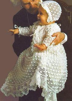 Вязанное платье спицами для крестин