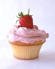 These moist white cupcakes crowned by a meringue buttercream made with strawberry jam will be the hit of any summer potluck. Top each cupcake with a fresh strawberry just before serving.Get the Strawberry Cupcakes Recipe Strawberry Cupcake Recipes, Strawberry Meringue, Strawberry Buttercream, Buttercream Frosting, Strawberry Lemonade, Strawberry Daquiri, Raspberry Whip, Fluffy Frosting, White Strawberry