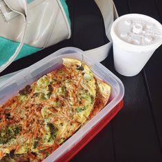 1ª refeição depois de 14h em jejum e pós exames de sangue de rotina da diabetes. Segue o barco  omelete de 3 ovos com brócolis e cenoura ralada temperos; café preto; rolou abacate com cacau e especiarias tambem  by lowcarbizando.ka