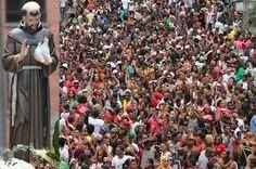 Representa a un grupo de personas que desfilan y se integran a las fiestas con sus disfraces y el caché (Centro cultural Mama-U, 2009).