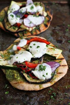 Grilled Pesto Vegetable Pizzas…An easy vegetarian meal with fantastic smoky flavor! 183 calories and 5 Weight Watchers SmartPoints (Diet Recipes Vegetarian) Vegetable Pizza Recipes, Vegetarian Recipes Easy, Healthy Recipes, Vegetarian Grilling, Vegetarian Pizza, Vegetarian Italian, Veggie Pizza, Vegetable Pasta, Healthy Grilling