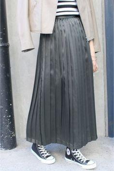 予約シルクサテンプリーツスカート  予約シルクサテンプリーツスカート 14040 お届け予定9月下旬 限定数量に達し次第締め切りとなります 2016AW SLOBE IENA シルク素材のプリーツスカートです トレンドアイテムとして注目を浴びるプリーツスカート こちらはシルク100%でシルクならではの滑らかな肌触りと上品な光沢感が特徴です 秋口にはレザージャケットと合わせて甘辛ミックスなスタイルを楽しんだり足元をスニーカーにすればカジュアルにもこなせます 冬になればざっくりニットと合わせてもおすすめ シャイニー素材とほっこりとしたニットの組み合わせで今年らしいスタイルを演出してくれます 取り扱いについては商品についている品質表示でご確認ください こちらの商品はSLOBE IENAでの取り扱いになります 直接店舗へお問い合わせの際はSLOBE IENA店舗へお願い致します 店頭及び屋外での撮影画像は光の当たり具合で色味が違って見える場合があります 商品の色味はスタジオ撮影の画像をご参照ください 着用スタッフ身長162cm 着用サイズ38 注意事項 画像の商品はサンプルです…