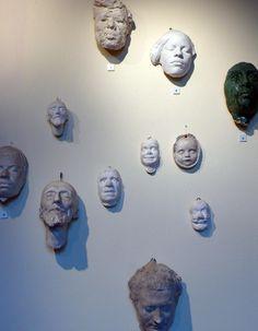Primo piano/Parete con maschere e volti tra cui la moglie Anna e Olga Settembrini /Dettaglio