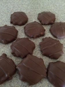 Chocolate Pecan Turtles are so much fun to make, okay and to eat. Stay out of those expensive candy stores. Learn how to make these right in your own kitchen. Honestly not hard. Candy Recipes, Sweet Recipes, Holiday Recipes, Cookie Recipes, Dessert Recipes, Fudge Recipes, Christmas Recipes, Dessert Ideas, Christmas Treats