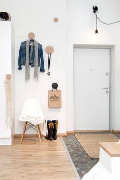 Via Alvhem Mäkleri | White | Muuto The Dots | Eames | Hallway