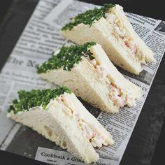 Elegantit katkarapusandwichit sopivat piknikillepikkunaposteltavaksi kuohuvan kera.