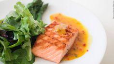 """Grasa de pescado — Tu corazón no es el único que puede beneficiarse de una dosis de ácidos grasos de omega 3. """"La grasa de pescado, presente en el salmón y el atún, contiene ácidos grasos omega 3 que puede ayudar a controlar la inflamación de tu cuerpo"""", dice Maxine Yeung, fundador de 'The Wellness Whisk'. Es importante consumir alimentos contra la inflamación de manera regular, pero especialmente cuando no te sientas muy bien de salud."""