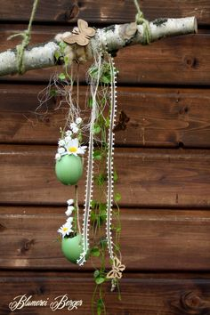 A great window hanger in Easter design that is an eye-catcher in every window. Here, a birch branch was filled with blown-out, colored and flower-fill. Bunny Crafts, Easter Crafts, Tree Branch Centerpieces, Deco Floral, Easter Holidays, Home And Deco, Easter Wreaths, Plant Hanger, Wall Hanger