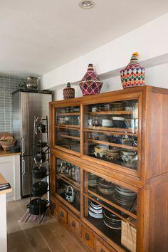 大正時代末の水屋箪笥。上に置いてあるのは、パキスタンのパンケース。鉄鍋のSTAUBは、ラックに収納。