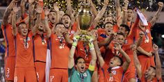 Chile goalkeeper Claudio Bravo and his teammates celebrate with their trophy after the Copa America 2016 Copa Centenario, Copa America Centenario, Chile, Claudio Bravo, National Holidays, The Championship, Goalkeeper, Celebrities, America's Cup