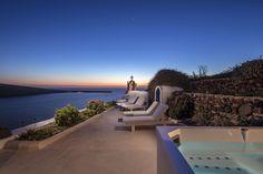 """Die 60 Quadratmeter große """"Mittelmeer Santorini Sunset Villa"""" hat zwei seperate Schlafzimmer und bietet Platz für bis zu 5 Personen. Das erste Schlafzimmer ist mit einem Queen Size Bett ausgestattet, sowie einem Sofa und einem kleinen Tisch. Das zweite Schlafzimmer hat entweder ein King Size Bett oder zwei seperate Betten auf Nachfrage. Es gibt 2 Badezimmer mit Duschen, eine voll ausgestattete Küche, einen Jacuzzi auf der Terrasse. #Ferien #Sommer #Villa #Urlaub #Reisen #Santorini"""