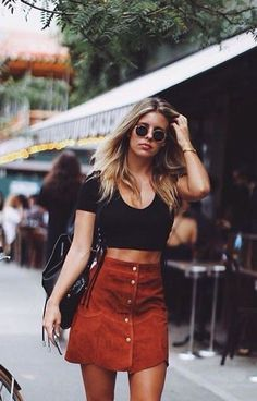 Aug 2017 - Outfits with suede skirts. The suede trend is in once again and nothing looks sexier than a suede skirt. You can wear it at any occasion and any time of the year if you know how to style it properly. Natasha Oakley, Street Style Outfits, Mode Outfits, Skirt Outfits, Spring Summer Fashion, Autumn Fashion, Hip Hip, Inspiration Mode, Fashion Inspiration