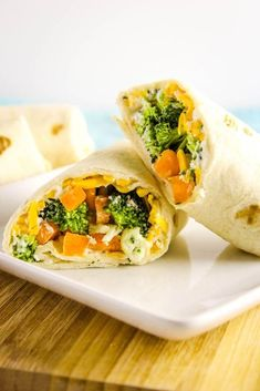 Easy Vegetable Pizza Wrap, a quick and easy vegetable wrap coated with a delicious creamy Ranch filling and layered with shredded cheese & fresh vegetables! Healthy Pastas, Healthy Meals For Kids, Healthy Foods To Eat, Healthy Dinner Recipes, Pizza Wraps, Veggie Wraps, Vegetarian Wraps, Vegetarian Recipes, Vegetarian Sandwiches