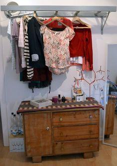 Heute gibt es eine kleine Anregung für alle, die ihre Kleidung gerne kreativ aufhängen wollen. Eine Leiter als Garderobe ist sehr schöne Lösung.