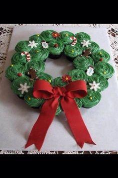 Corona navideña hecha de cupcakes con betún de queso philadelphia, azúcar glass y esencia preferida.