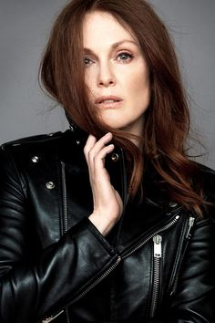 Julianne Moore Cool Photoshoot in Leather Jacket - Celebrity Pictures Julianne Moore, Naomi Watts, Laura Lee, Julie Ann, Annie Leibovitz, Tips Belleza, Celebrity Pictures, Celebrity Portraits, Beautiful Actresses