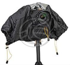 Proteja su cámara con esta funda de plástico impermeable. Protege una cámara SLR o DSLR de la lluvia y la nieve, así como contra el polvo, la arena y otros factures ambientales. La cubierta dispone de protectores de brazo, protector transparente para el flash y la lente.