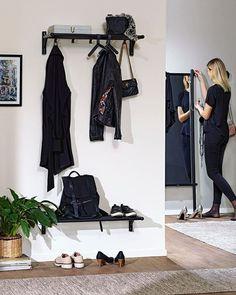 SÅ FIXAR DU ORDNING I HALLEN - här kommer våra fyra bästa tips!  . .  - Förvaring är A och O. Städa undan dina ytterkläder och skor efter säsong. Fundera över vilka kläder och skor som kan förvaras någon annanstans. Träningsskorna kanske inte behöver ligga framme? . - Bänkar pallar eller stolar fungerar som avlastningsyta och ger plats att sitta på när man tar av sig skorna . - Använd väggarna! Sätt upp krokar på väggarna i olika nivåer perfekt att hänga ryggsäckarna och nycklarna på. Ha… Scandinavian Living, Memphis, Wardrobe Rack, Skor, Interior, Furniture, Tack, Design, Home Decor