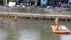 BERITA FOTO: Begini Petugas Orange Atasi Limbah Rumah Tangga di Kali Kwitang
