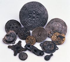 Google Image Result for http://downloads.bbc.co.uk/rmhttp/schools/primaryhistory/images/vikings/viking_towns/vk_disc_brooches.jpg