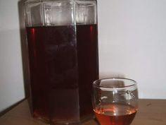 350 ml de Aguardente 2 Pacotes de páus de canela 350 ml de Água 350 g de Açúcar Passo 1: Utilize uma garrafa de vidro  para fazer os licores. Passo 2: Juntar os páus de canela à aguardente e deixar estar assim cerca de 2/3 semanas, agitar a garrafa 1 x ao dia. Passo 3: Após esse tempo, levar ao lume a água e o açúcar até ficar espesso tipo mel, eu não deixei chegar a esse ponto, deixei-o mais liquido. Passo 4: Juntar a água com o ao preparado da aguardente e deixar assim cerca de 1 mês.