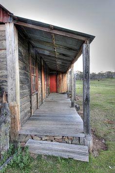 As ek my die hut in 'The Shack' moet voorstel is dit presies hoe dit lyk, Tasmania, Old Farm Houses, Tiny Houses, Lean To, Snowy Mountains, Abandoned Places, Abandoned Houses, Country Life, Country Living