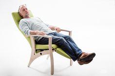 Ce fauteuil de relaxation Theorema est doté d'un repose-pied qui bascule facilement en même temps que le dossier. Solide et design, il possède des lignes intemporelles.