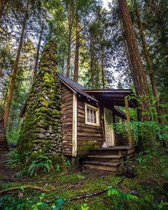 Abandoned cabin at the foot of Mount Hood, northern Oregon.  Photo: instagram.com/chuckdeezmt/