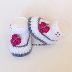 Chaussons bébé en laine layette tricotés main forme babies, blanc et gris, 0/3 mois et son papillon@nana-creations.