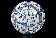 Plato con escena bélica Plato con escena bélica Porcelana blanca y azul China. Periodo Kangxi (1654-1722). Marca apócrifa Chenghua