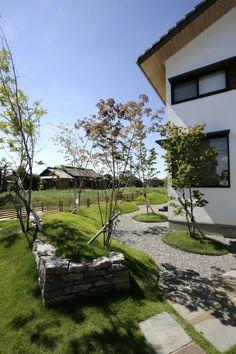 PHOTO / – House-jo – - 名古屋市の住宅設計事務所 フィールド平野一級建築士事務所 Landscape Architecture, Landscape Design, Plant Design, Inspired Homes, Garden Planning, Garden Bridge, Garden Plants, Paths, Entrance