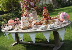 Een tafel vol taart.